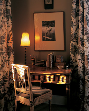Warm tones of brown envelop this room. (marthastewart.com)
