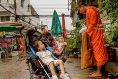 Anniversaire d'edouard, les offrandes aux moines.