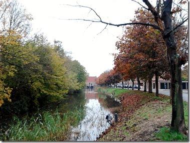 水門小屋(Spuihuis)へ向かうカエデの並木道