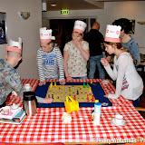 Kinderen Groen van Prinsterer bakken pannenkoeken voor bewoners Clockstede - Foto's Harry Wolterman