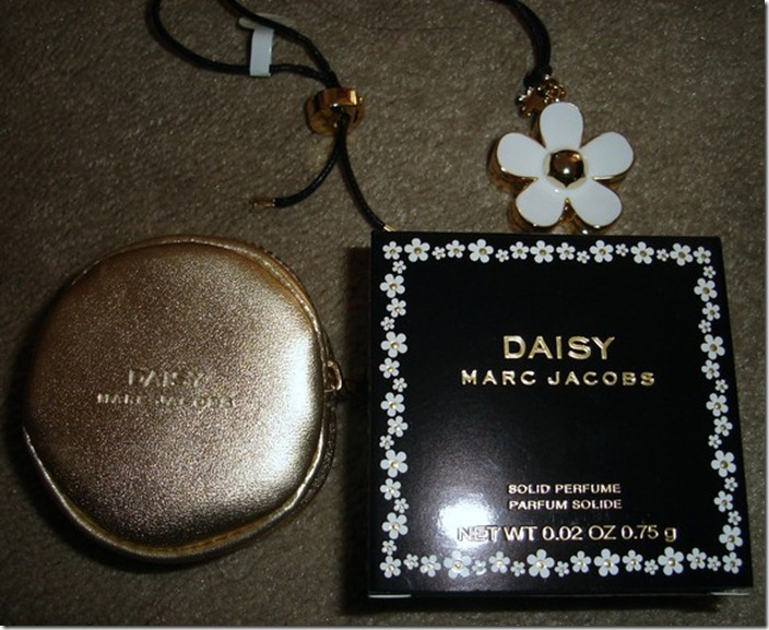 marc-jacobs-daisy-new-gold-necklace- -perfume-coin-bag-5cbe