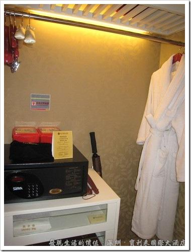 深圳寶利來國際大酒店,衣櫥內有一件浴袍、保險箱、雨傘,當然還有室內拖鞋。