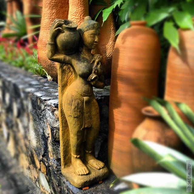 2012. Nong Nooch. Thailand. Pattaya. Мелкие фигурки украшают любую поверхность.