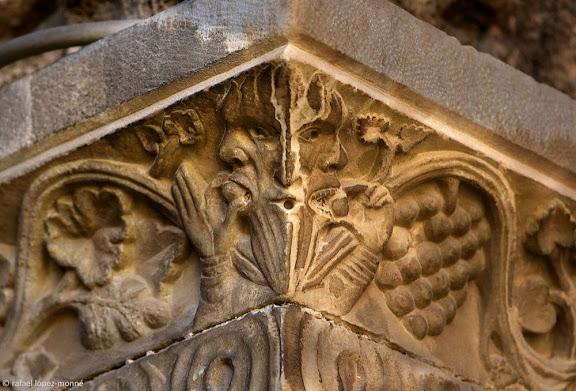 Detall de tres cares a un dels capitells romànics del claustre.Catedral de Santa Maria, catedral de Tarragona.Tarragona, Tarragonès, Tarragona