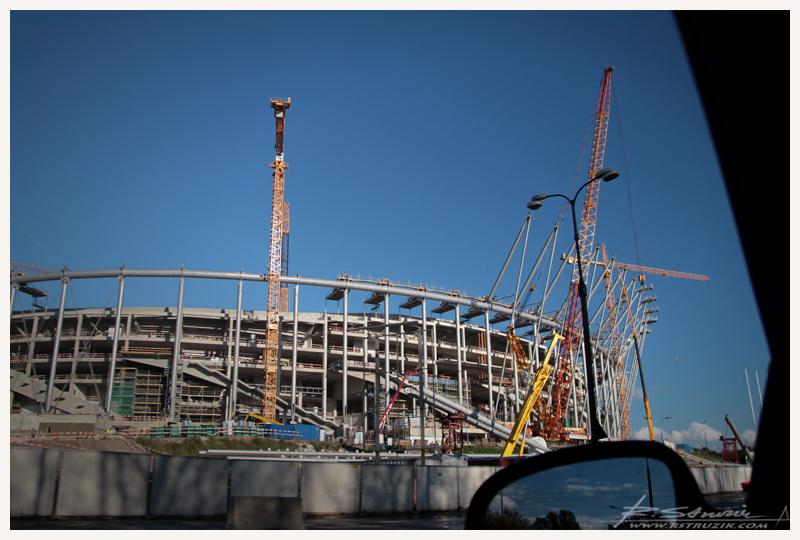 Warszawa. Blisko rok później, wieczorową porą 27 sierpnia, odbędzie / odbywa / odbył się pokaz iluminacji elewacji stadionu. http://youtu.be/6lm4h1FJ4qQ