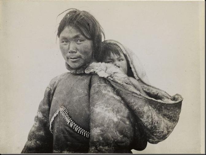 """""""Fonds Chusseau-Flaviens. Femme eskimo portant son enfant sur le dos"""". Laponie (Finlande). Photographie de Ch. Chusseau-Flaviens (actif 1890-1920), 1900-1920. Paris, Bibliothèque Marguerite Durand."""