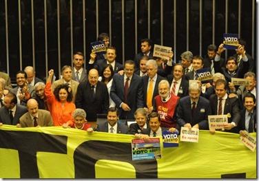 03/09/2013. Crédito: Carlos Moura/CB/D.A Press. Brasil. Brasília - DF. Deputados com faixa manifestam em prol do Voto Aberto, no plenário da Câmara dos Deputados, no Congresso Nacional.