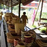 写真1:Rh. Mujah 道路沿いで売られているラタンのカゴ。