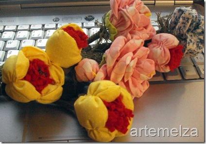 artemelza - flor de fuxico e feltro almofadada