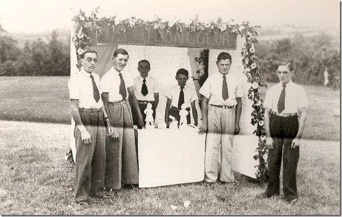 Un stand lors d'une kermesse paroissiale dans les années 1940