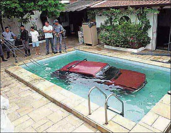 Car_In_Swiming_Pool_06