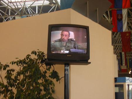 Tari sub dictatura: Fidel vorbeste la televizor, aeroportul Havana, Cuba