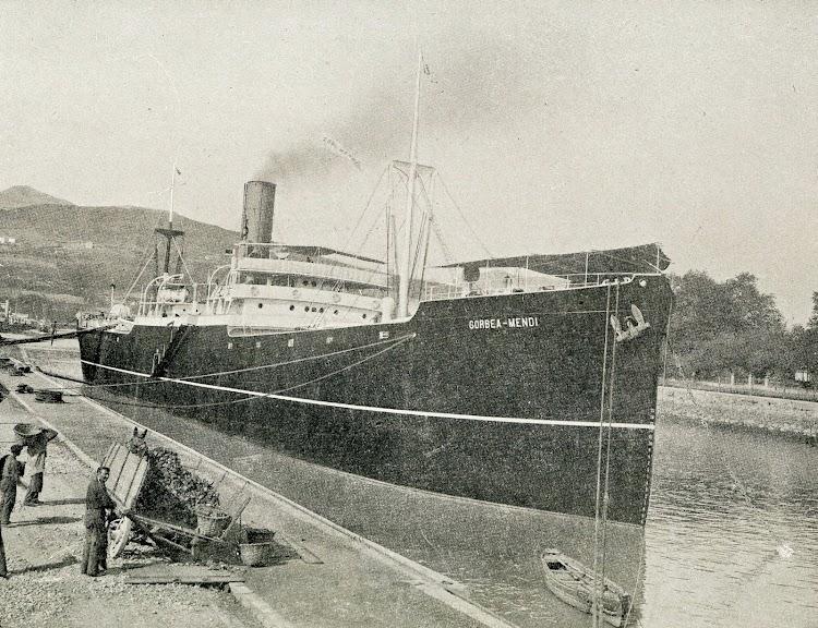 El vapor GORBEA MENDI en los muelles de alistamiento de Euskalduna. Foto del libro LA INDUSTRIA NAVAL VIZCAINA.JPG