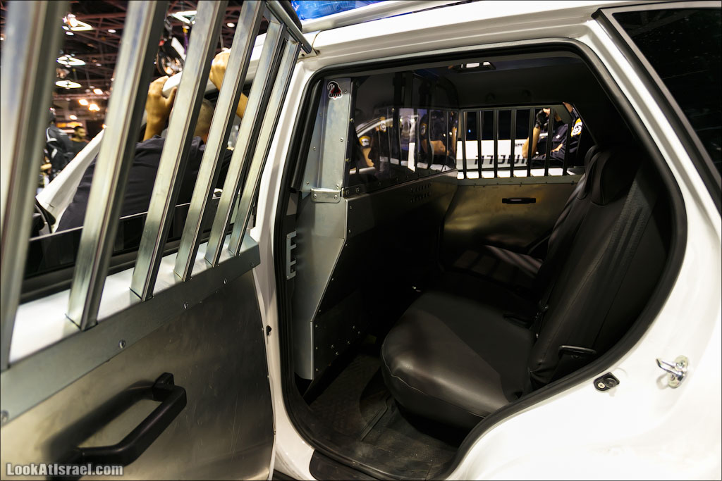 LookAtIsrael.com: Фото-блог о путешествиях по Израилю. Тель Авив, Иерусалим, Хайфа Современная зинзана (машина для перевозки арестованных) Кстати на двери видно царапины - это следы попыток сломать и сбежать