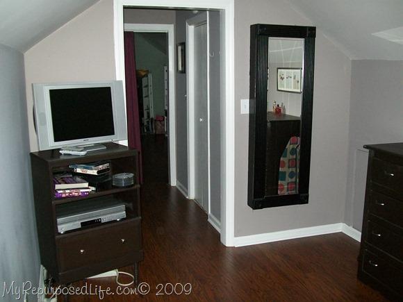Kitchen cabinet door stays open