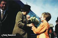 Ellenoor van der Veen overhandigt het bosje groene rozen (3) - Foto: A v.d. Veen - de Lange - Lemele