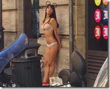Donna in bikini a Roma