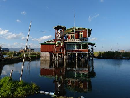 Obiective turistice Myanmar: casa pe lac