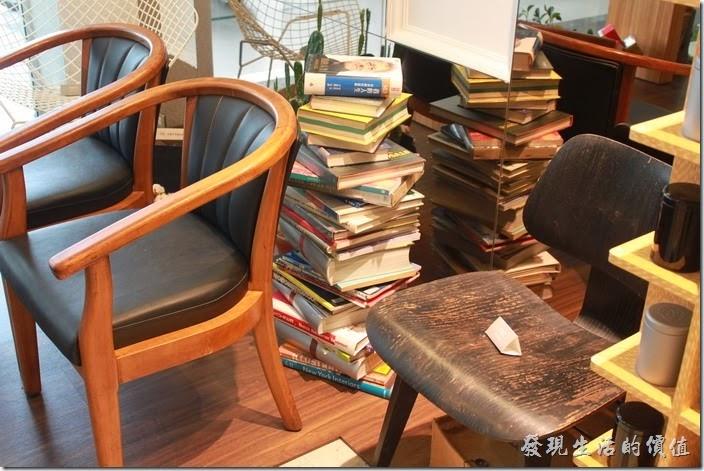 台南-咖啡茶朵Chador。地上看似雜亂擺放的書籍其實應該是經過設計的。