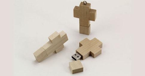 37. Crucifijo colgante USB