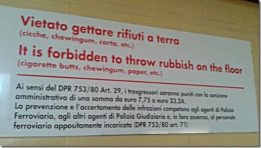 Vietato gettare rifiuti a terra (cicche, chewingum, carta, etc.)