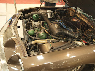 komora silnikowa Cotroena SM, widac system hydropneumatycznego zawieszenia, silnik V8 Maserati Indy o pojemności 4.2l