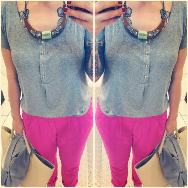 look calça pink e camiseta cinza (1)