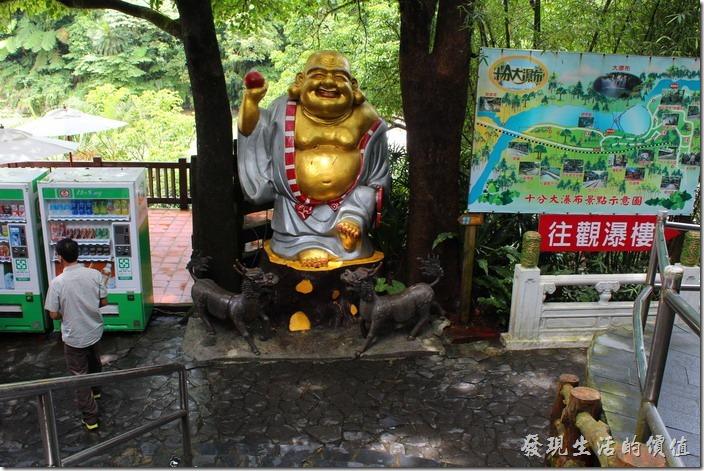 一進入十分瀑布的大門後有尊大佛,一旁還有許多觀音。