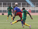 – Les Léopards espoirs-football de la RDC (bleu) contre les lionceaux du Cameroun (vert) ce 26/07/2011 au stade des Martyrs à Kinshasa, score RDC-Cameroun : 1-0. Radio Okapi/ Ph. John Bompengo