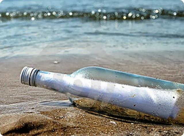 messaggio-una-bottiglia-di-vetro-sul-puntello-della-sabbia-11031323