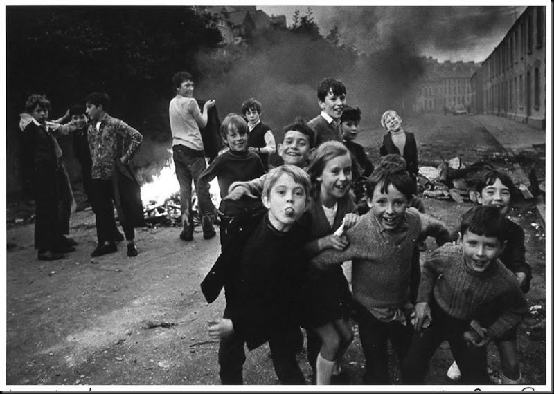 Bambini a Londonderry, Londonderry, Irlanda del Nord, circa 1970