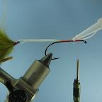 Zwoje nici mocujące plecionkę do trzonka haka obowiązkowo wzmacniamy szybko schnącym klejem.
