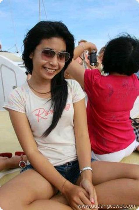 Gadis Indo Berpose Dengan Celana Pendek || gudangcewek.com