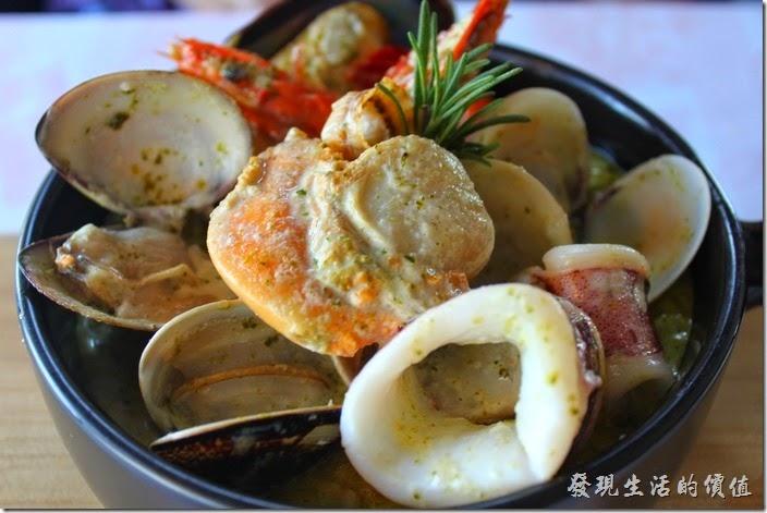 台南-瑪莉洋房(Marie's House)。青醬綜合海鮮燉飯,套餐NT520。除了主餐之外,還包含湯品、麵包、蔬菜沙拉、飲品、甜點。海鮮多到都快滿出來了,這裡的燉飯融合著羅勒青醬,吃得到稍稍的顆粒感,而且越嚼越香。