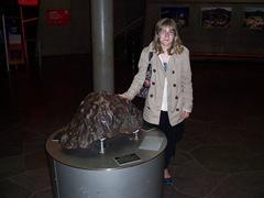 2012.06.04-015 Stéphanie touche la métérorite de 4,5 milliards d'années