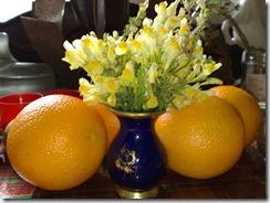 Natura statica cu portocale si flori