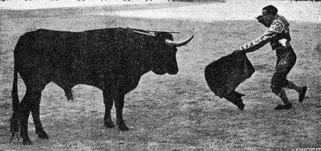1917-03-18 (p. 27 TyT) Barcelona Gallito matando a su 1º