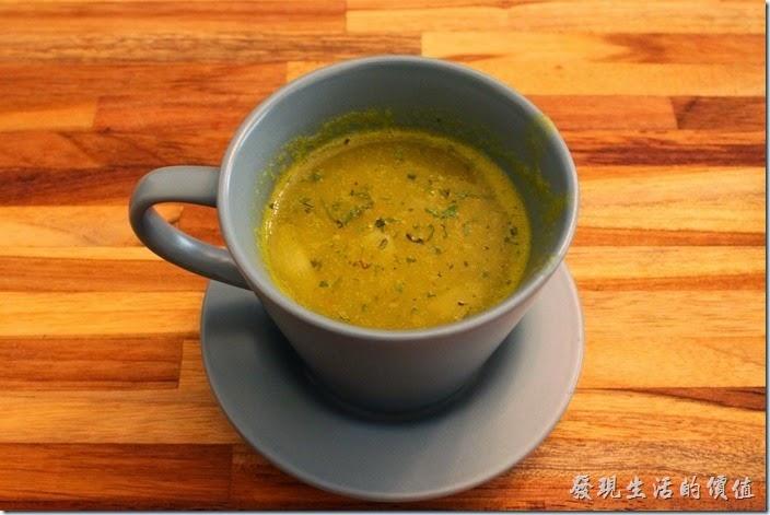 台南-晚起餐館(getlate)。早午餐點的附餐濃湯,這個是熬煮的南瓜湯,喝第一口的時候沒什麼味道,家了胡椒粉之後味道就出來了。