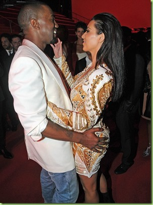 Kim-Kardashian-And-Kanye-West-Share-Passionate-Kisses-4
