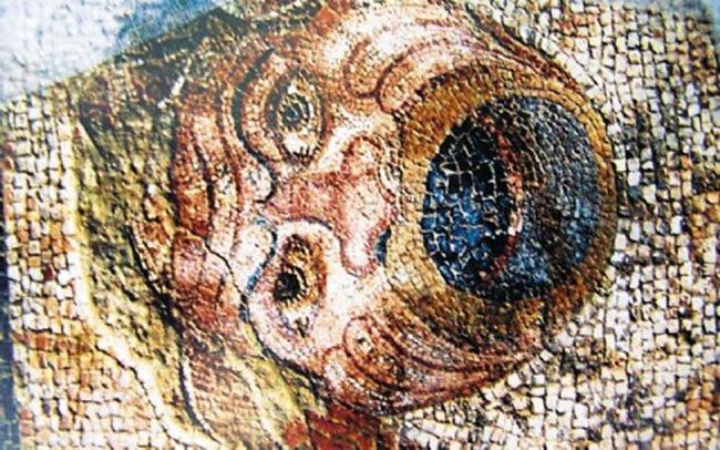 Προσωπείο από το ψηφιδωτό δάπεδο οικίας του 2ου αι. π.Χ. από τη θέση Κολώνα Ληξουρίου