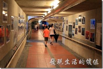瑞芳火車站的地下道有那麼點古色古香的味道,走到內的牆壁上也掛滿了老照片,可惜沒空欣賞。