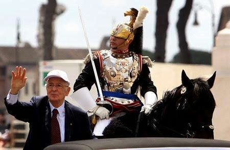 Giorgio Napolitano durante la parata per la Festa della Repubblica il 2 giugno 2010.<br />(Marco Merlini / LaPresse)