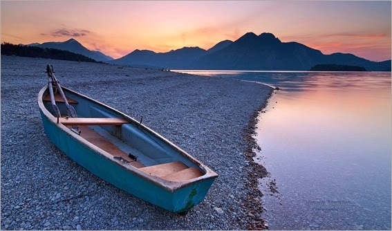 wonderful-boat-on-a-lakeshore-scape