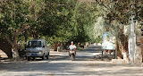 Hami - Route et motard près champs de melon