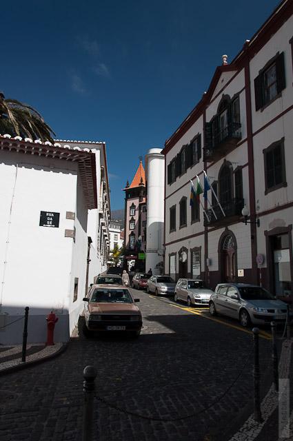 139. Февраль. Мадейра. Фуншал. Улочки города. И много много диких машинок.