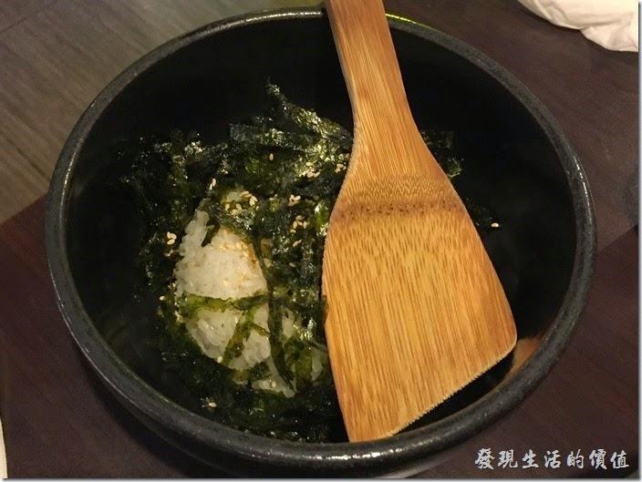 台北-紅通通韓國平價料理。【紅通通春川辣雞】有「拌炒飯」或是「韓國Q麵」可以二選一,我們選擇了「拌炒飯」,這盤就是拌炒飯的食材,上面有很多海苔絲!