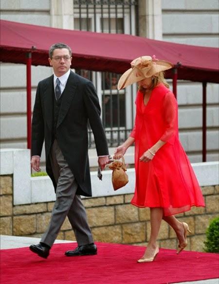 El alcalde de Madrid, Alberto Ruíz Gallardón, llegó a la catedral de la Almudena junto a su esposa Mar