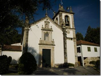 Iglesia con acebuche a la izquierda