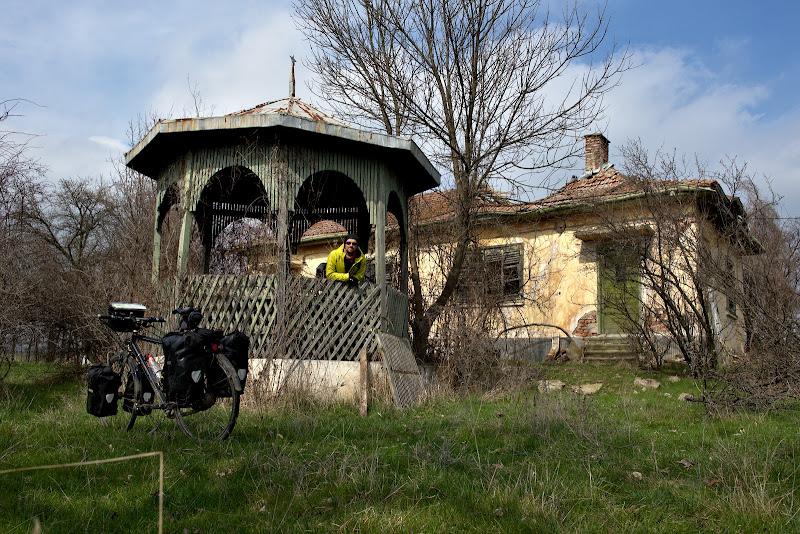 Una din multele case parasite din satele bulgare.