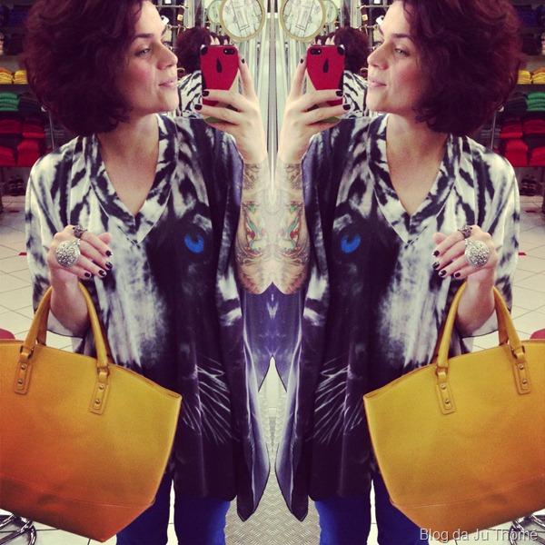 look calça azul, bata com estampa de tigre e maxi bolsa amarela (3)